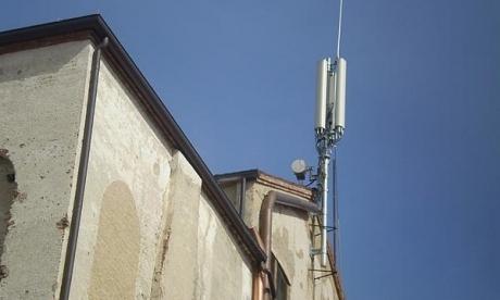 Antenne cellulari sui palazzi.