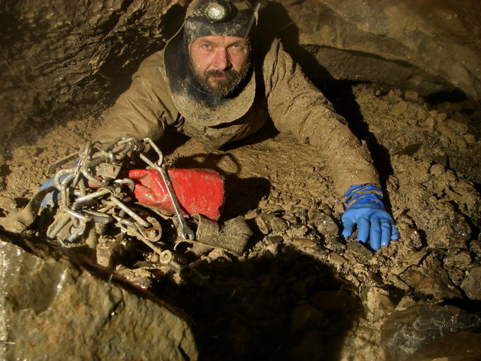 Nuovo record del mondo di profondità. Si scende in mezzo al fango.