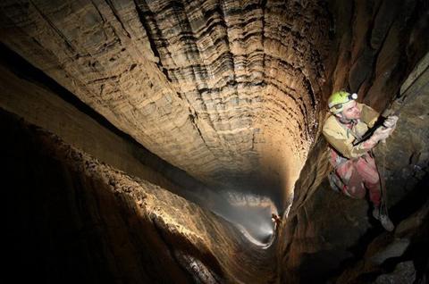 La grotta più profonda del mondo, la Krubera Voronja in Georgia.