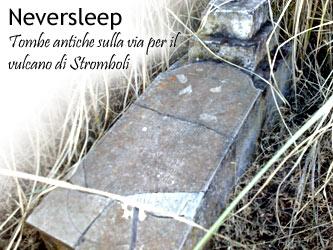 Le antiche tombe sul sentero della scalata al Vulcano Stromboli.