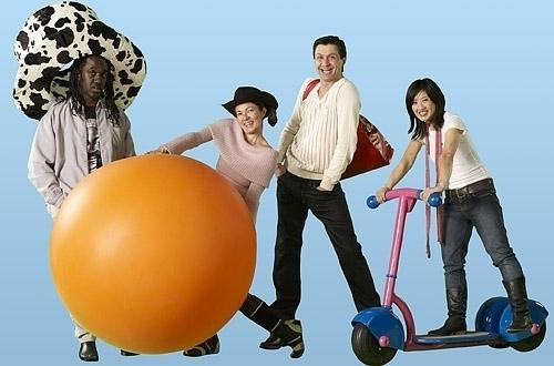 Attori dei Teletubbies con gli oggetti dei personatti (Cappello, Palla, Borsa e Monopattino)